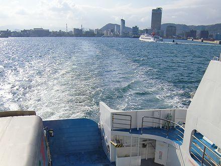 高松港を出るフェリー