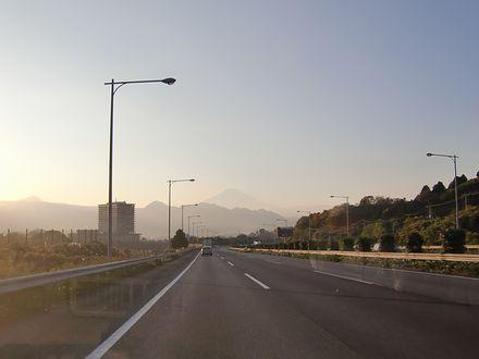 東名下りで見えてきた富士山