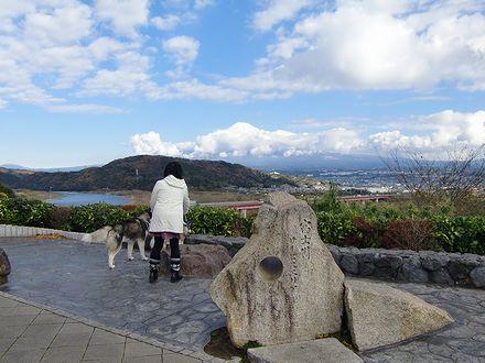 穴の開いた石碑と富士山