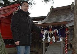 焼け残った亀麿神社と五日市洋さん