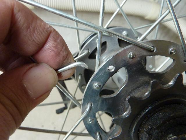 自転車の 自転車のタイヤ交換 自分で : なんと!スポークが1本折れて ...