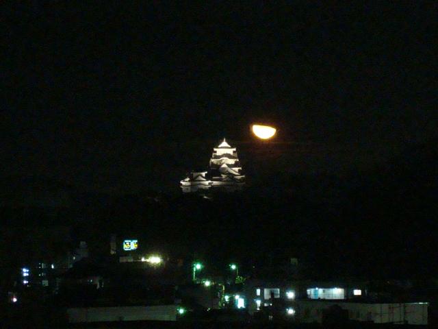 姫路城とお月さん