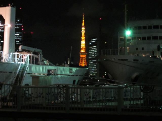夜の晴海埠頭からみた東京タワー