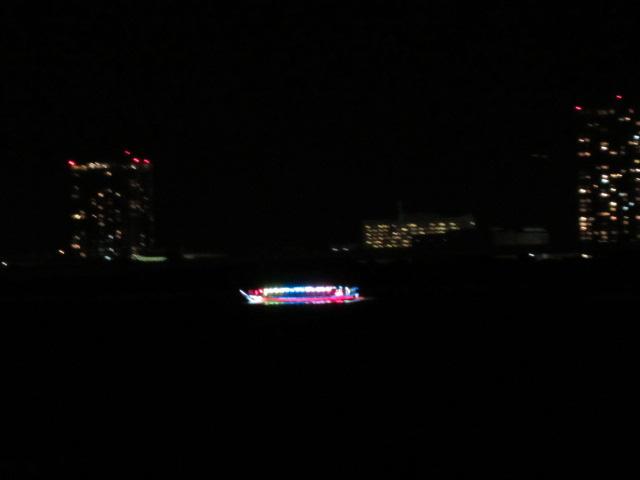 虹色に輝く屋形船