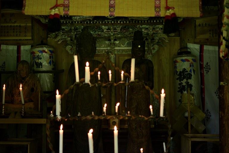 蝋燭が灯された本殿内