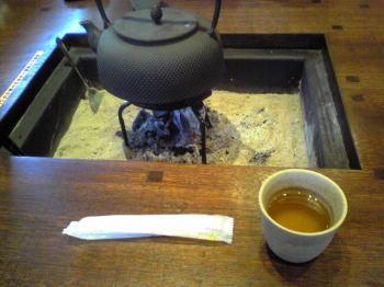 テーブルに小さい囲炉裏、お湯がチンチン