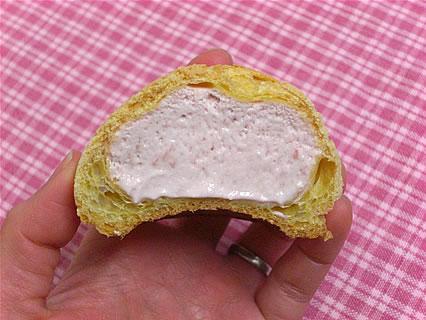 山崎製パン パティシエのたまご(苺クリーム) 断面