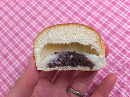 山崎製パン 薄皮練乳ミルク&つぶあんぱん 断面