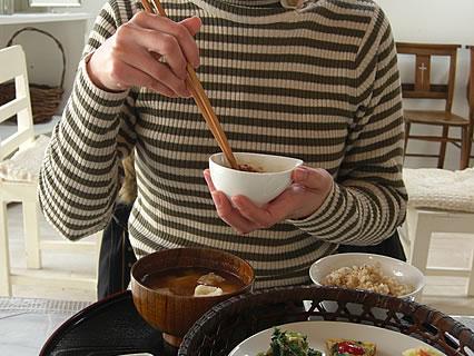 Healing Space Myuu(ヒーリングスペース ミュウ) 玄米菜食ランチ 納豆をかき混ぜる