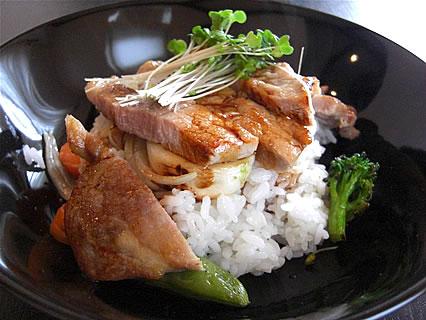 アグレアーブル ボリュームたっぷり豚ロース肉の黒胡椒焼き フレンチ丼(1050円)