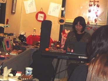 ピアノ弾き語り女性