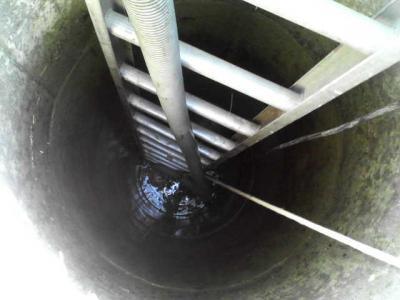 古井戸の中の底