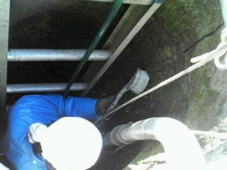 井戸の壁面を洗う