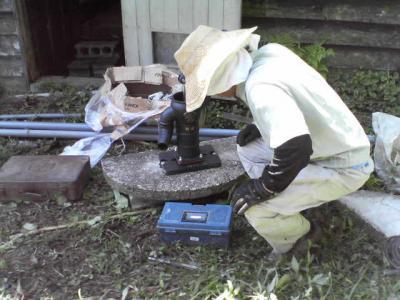 ポンプを井戸蓋につける