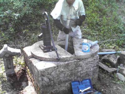 ポンプを井戸に取り付け