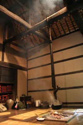 囲炉裏端の煙