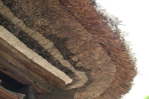 藁ぶき屋根軒先