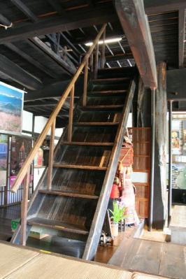甘草屋敷階段と大黒柱