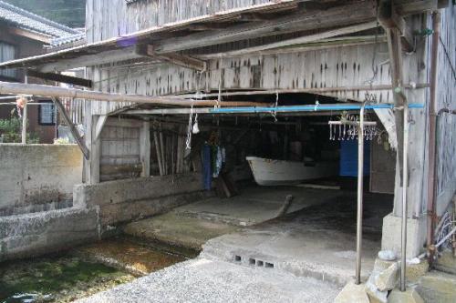 舟屋の船ガレージ