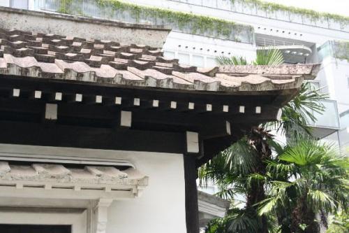 日本民藝館西館長屋門の大谷石瓦