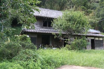 夏草生い茂る古民家