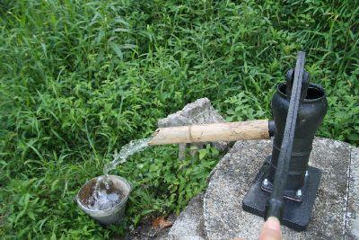 手動ポンプに竹の水口