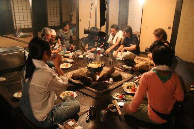 囲炉裏端で食事