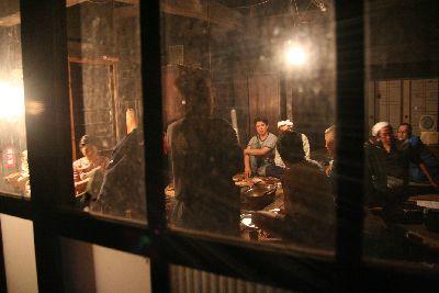 囲炉裏端で宴会