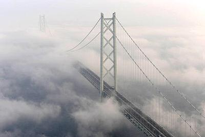 濃霧に包まれる明石海峡大橋