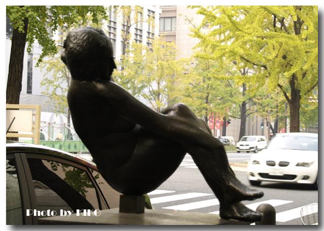座る婦人像