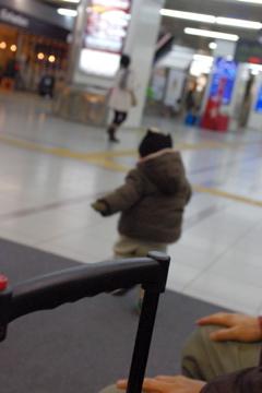 小倉駅を走る