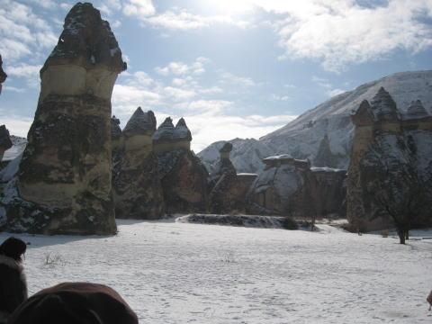 雪つもるカッパドギア奇岩群