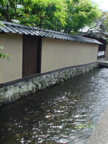 明神川をはさんで。。。