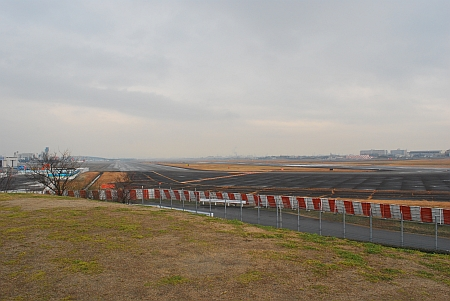 大阪空港の滑走路です。