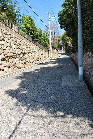 急坂を甲南病院方面へ歩きます。
