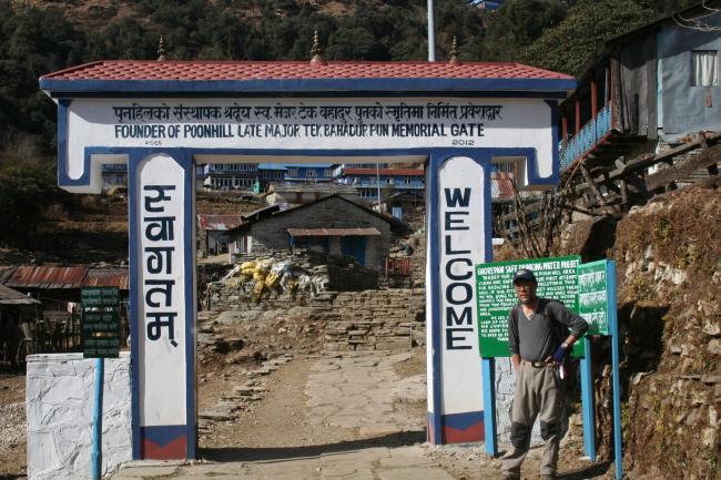 ゴラパニ村の入口