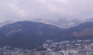 山の上、雪が積もって寒そう
