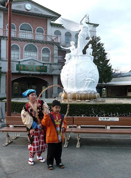 太秦映画村2011-村の中ー映画の泉 の前で南京玉すだれ