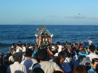 海と御輿アップ