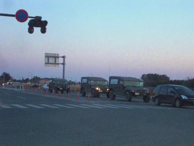 自衛隊車両と停電中の信号
