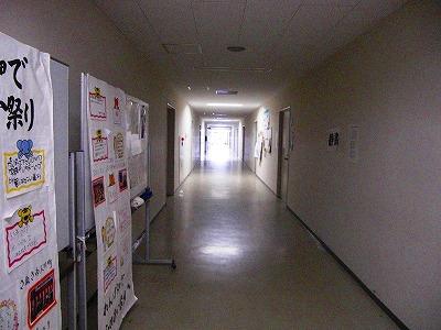廊下は閑散…