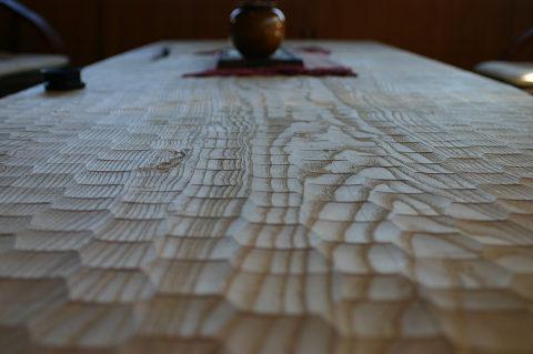 ナグリ仕上げのテーブル