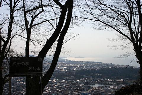 琵琶湖と彦根城を見下ろす