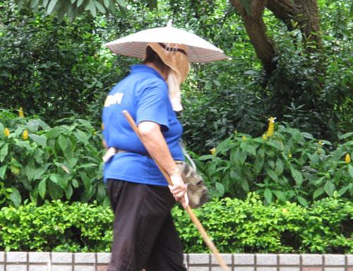 手を使わずに傘をさす方法
