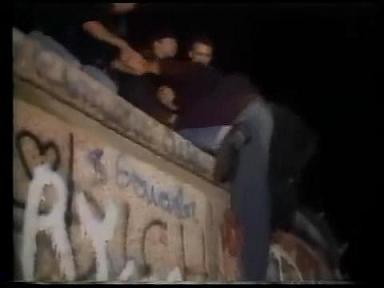 ベルリンの壁崩壊 よじ登り