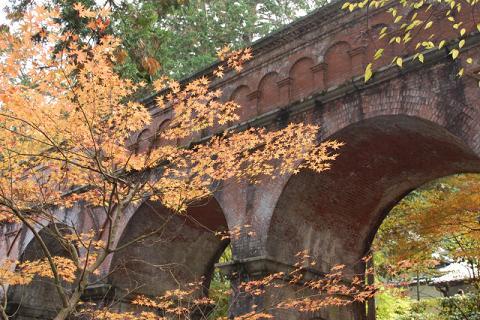 水路閣の紅葉