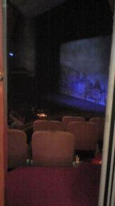 幕間。2階より舞台を望む