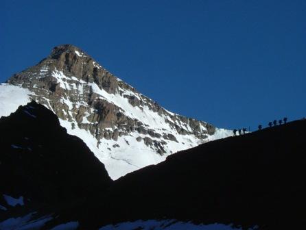 山頂へ向かう登山者