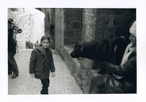 モンサンミッシェル 犬と少女