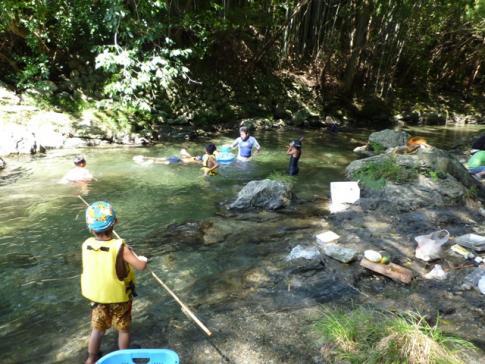 川で遊ぶ子供達